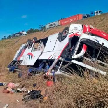 Onibus cai em ribanceira e deixa pelo menos 3 mortos em SP