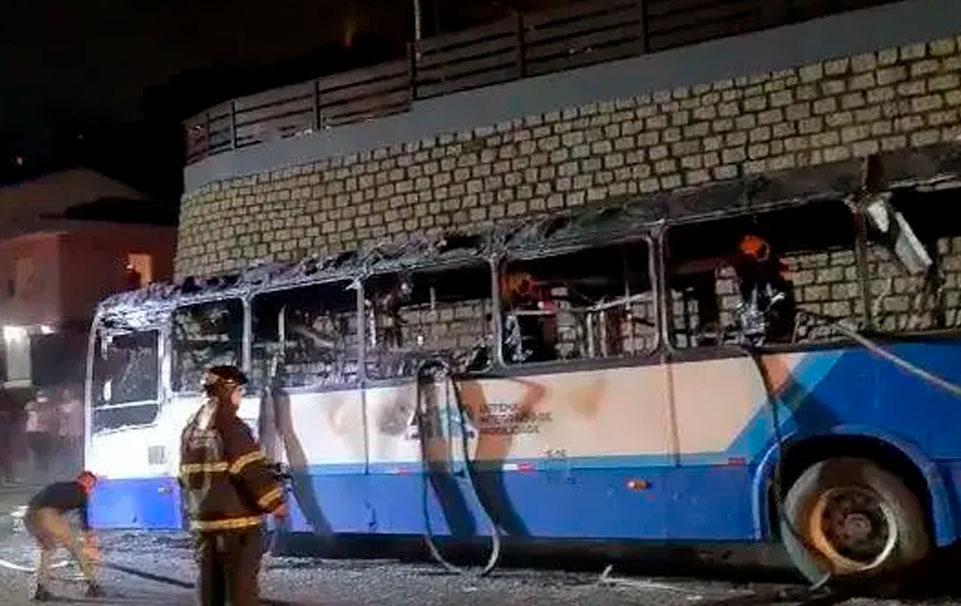 Onibus fica destruido apos pegar fogo em Florianopolis