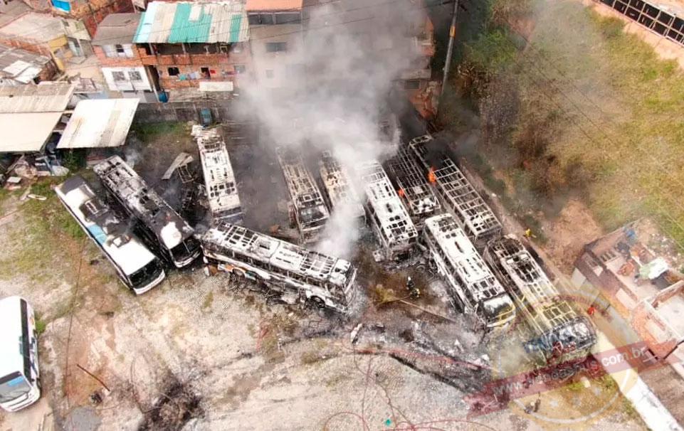 doze onibus foram destruidos em incendio na garagem que fica proxima a rodoviaria da capital baiana