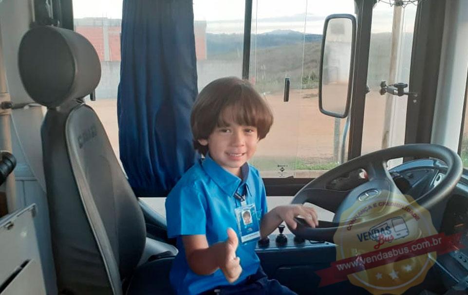 garoto de 5 anos apaixonado por onibus realiza sonho no dia do aniversario