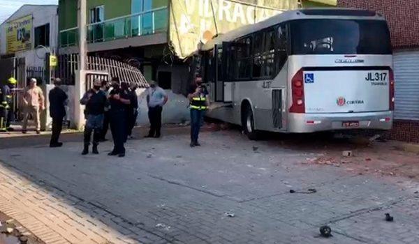 grave acidente envolvendo onibus e carro deixa seis pessoas feridas em curitiba